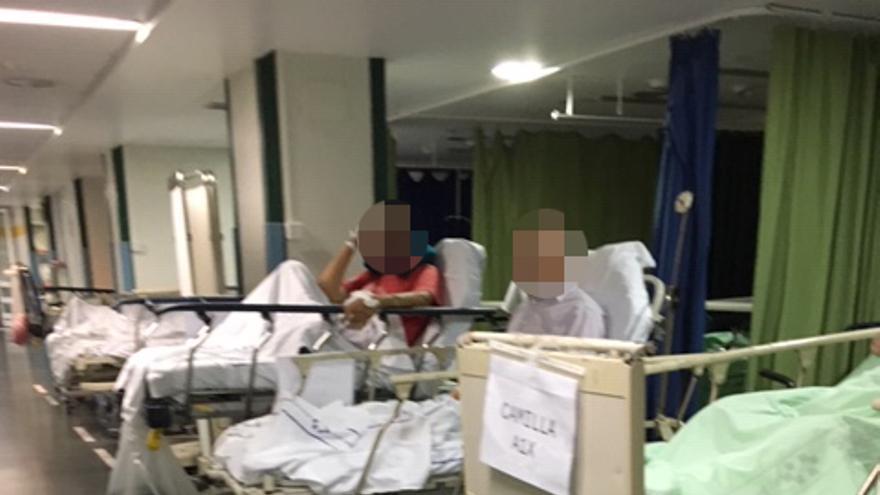 Pacientes en zonas de paso de Urgencias del Hospital Insular de Gran Canaria, sin cortina para separarlos