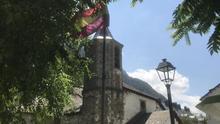 La bandera republicana de Canfranc que mira a la iglesia a pesar de sus detractores
