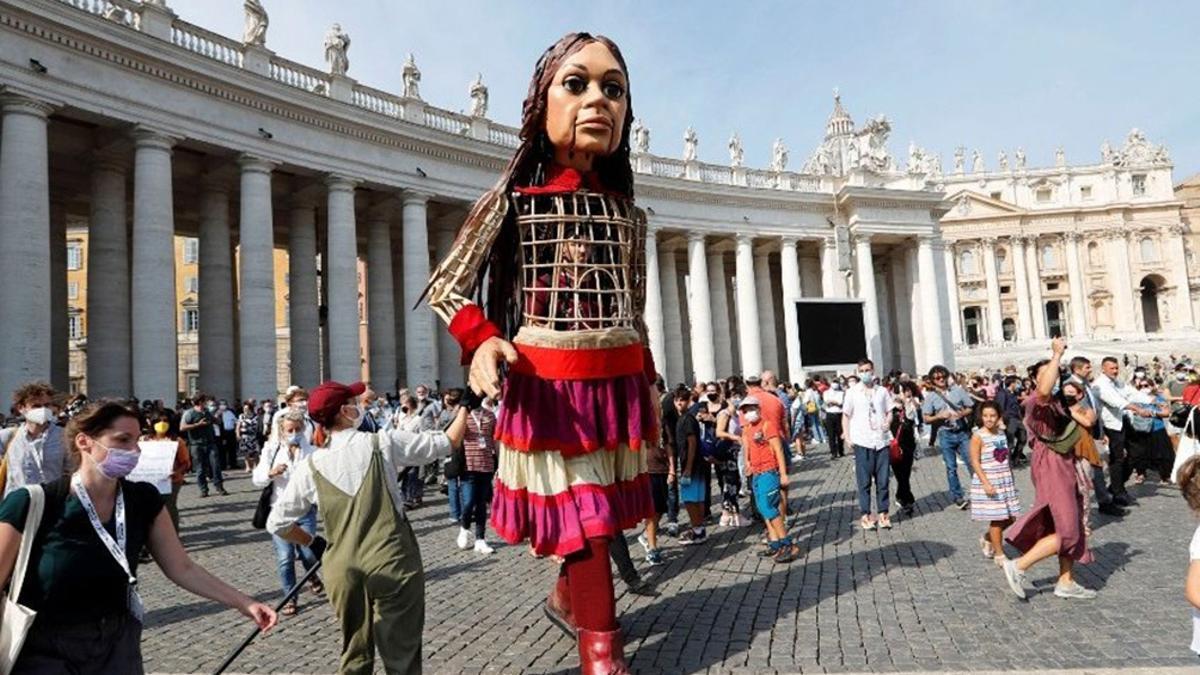 """El Vaticano bendijo la marioneta gigante """"Pequeña Amal"""", símbolo de los niños migrantes del mundo."""