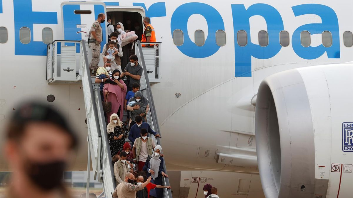Un grupo de pasajeros desembarca de un avión procedente de Dubai este martes en la base aérea de Torrejón de Ardoz.
