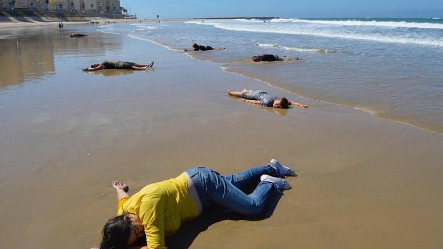 Unos 50 extras representaron la muerte de refugiados en la playa de Cádiz.