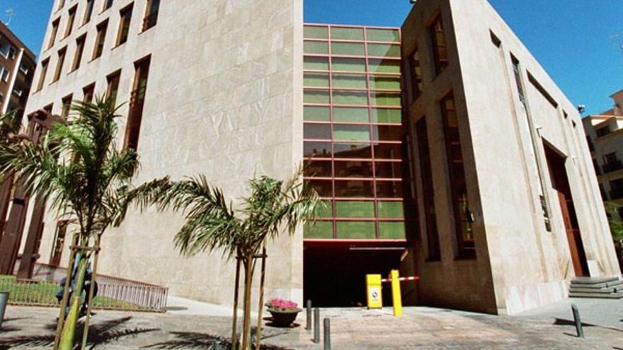 Edificio que albergó la sede central de la extinta CajaCanarias, en el centro de Santa Cruz de Tenerife