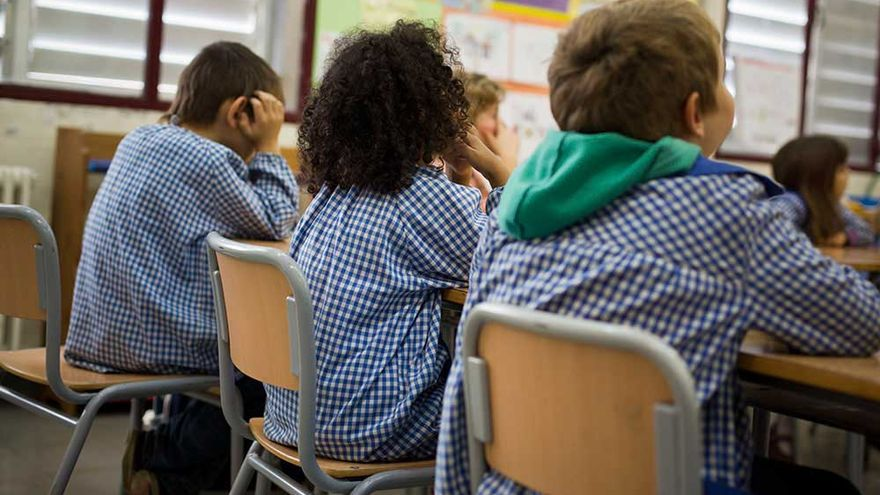 Un grupo de niños durante un taller en la escuela.   EFE