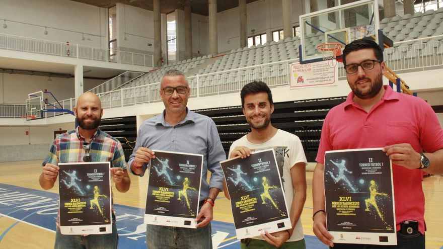 El alcalde de Santa Cruz de La Palma, Sergio Matos (segundo por la izquierda),  y el concejal de Deportes, Raico Arrocha (d),  con los organizadores de los eventos deportivos, muestran el cartel de la Competición de Verano de Baloncesto y el Torneo de Fútbol 7.