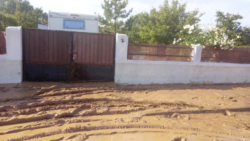 El barro se acumula en una urbanización de Hita (Guadalajarara) tras desbordarse el río Badiel