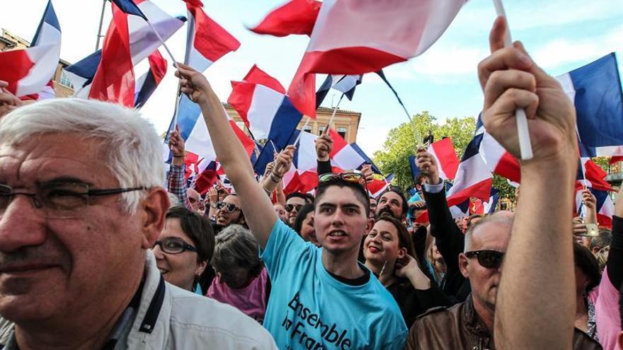 Socialistas y conservadores se unen en París contra la abstención y Le Pen