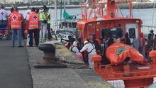 Rescatadas tres personas tras volcar una patera en la costa de Cádiz