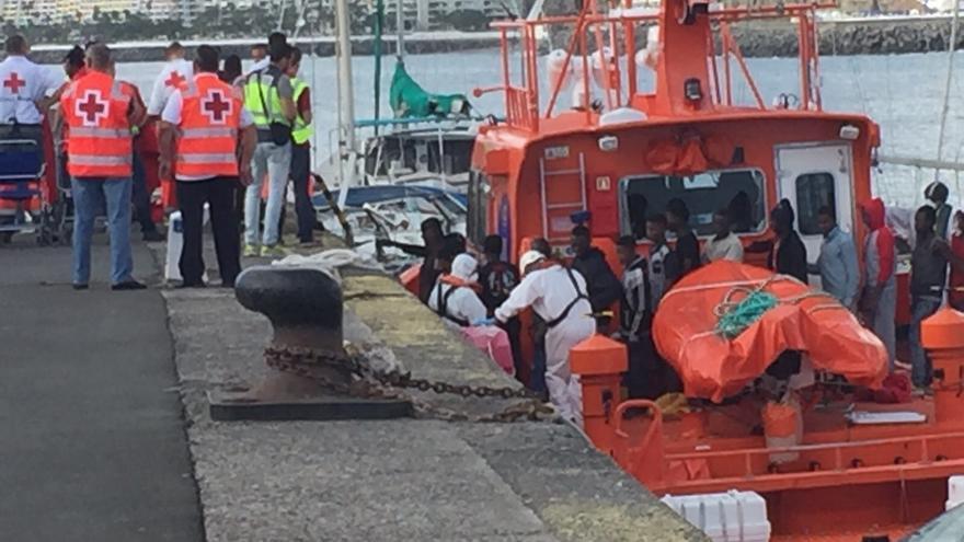 Llegada de la patera con 58 personas a bordo al Puerto de Arguineguín.