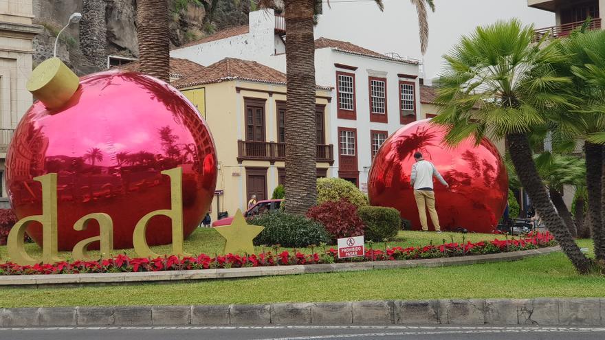 En la imagen, un responsable de la empresa encargada de la decoración navideña, este jueves, reparando los daños realizados por unos desconocidos en los elementos que adornan la Plaza de La Constitución.