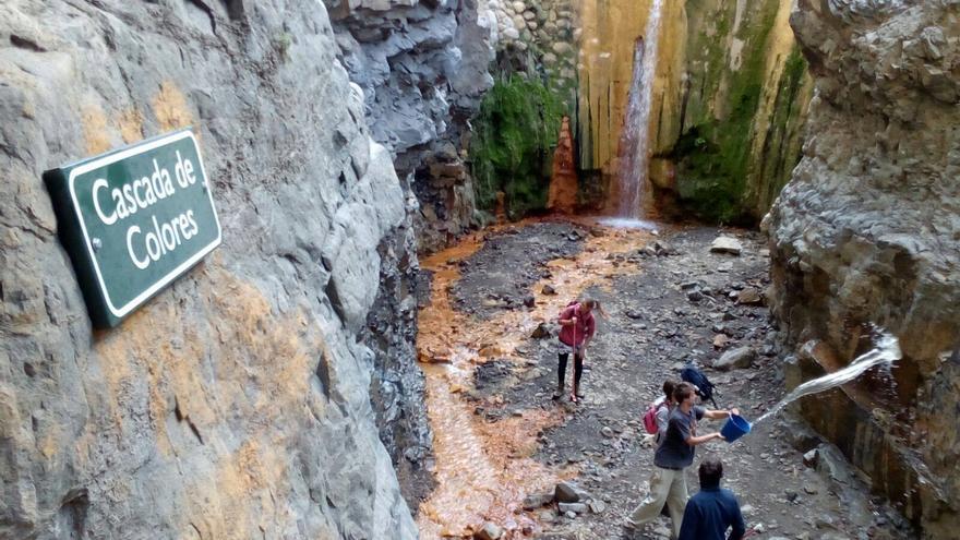 En la imagen, alumnos que, durante sus prácticas de fin de estudios en La Caldera, han colaborado en una limpieza de las pintadas en la Cascada de Colores. Foto: PARQUE NACIONAL.