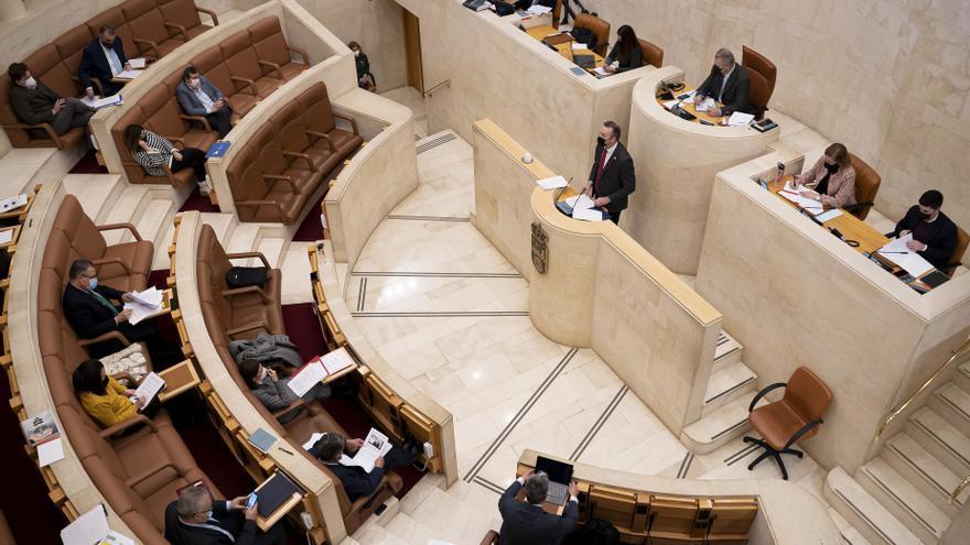 Archivo - El consejero de Medio Ambiente  interviene en el pleno del Parlamento de Cantabria