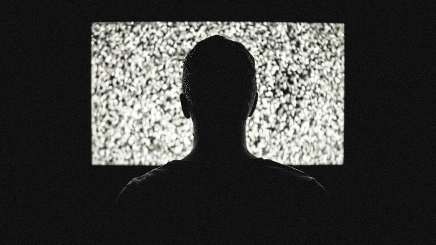 Frente al televisor