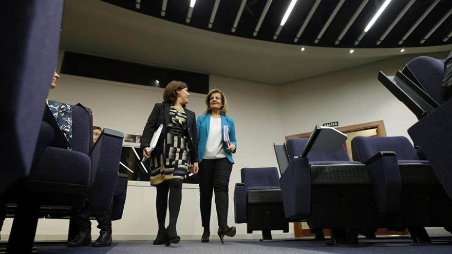 La vicepresidenta del Gobierno, Soraya Sáenz de Santamaría (i), y la ministra de Empleo y Seguridad Social, Fátima Báñez