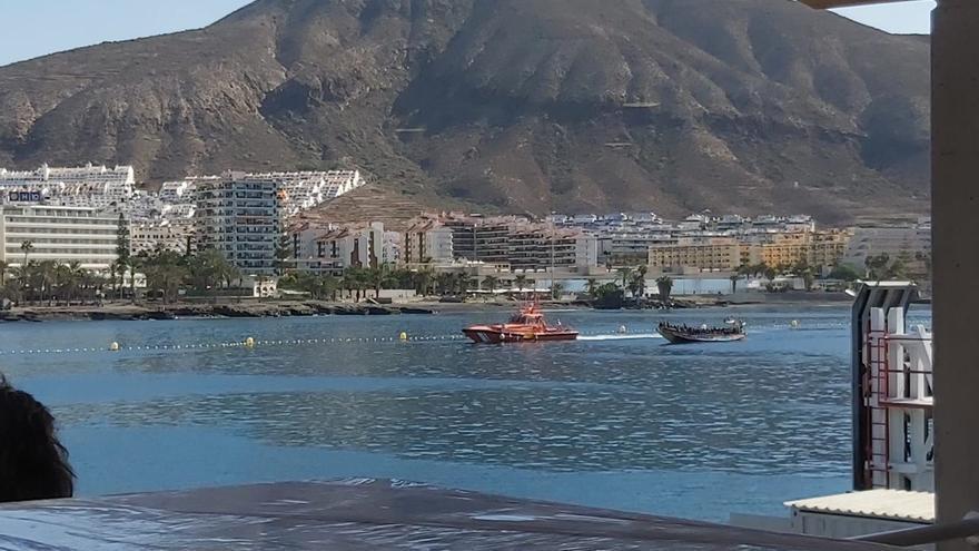 Localizado un cayuco al sur de Tenerife con más de cien personas a bordo