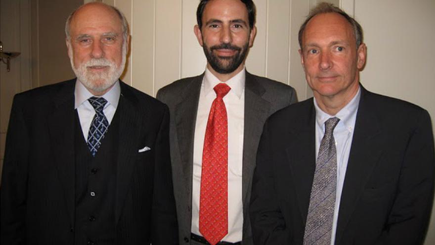 Vint Cerf y Tim Berners-Lee junto al autor de 'Cómo creamos internet' (Foto: Andreu Veà)