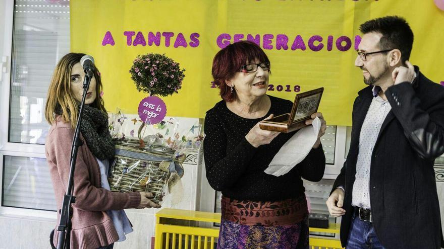 Incera y Castañeda entregan un obsequio a Manoli por su trabajo en el CAPI.