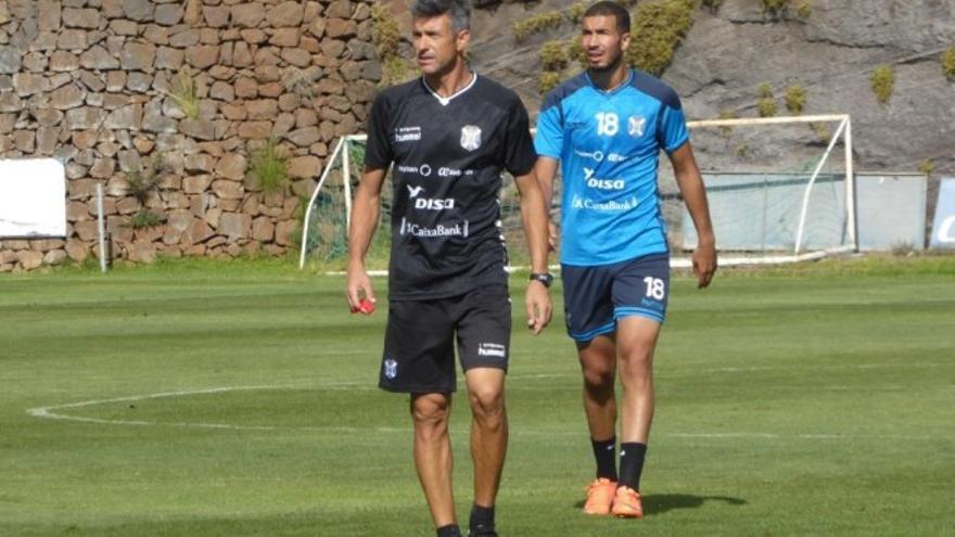 El entrenador del CD Tenerife, Pep Martí, durante un entrenamiento en El Mundialito.