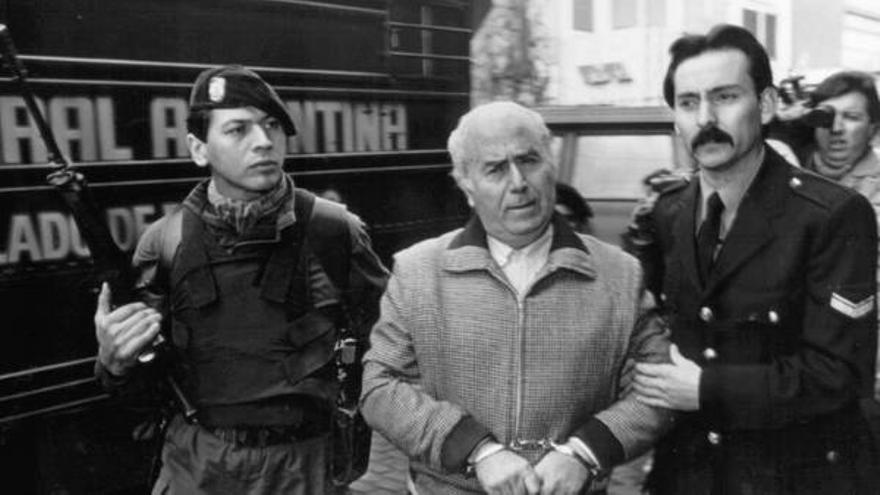 Arquímedes Puccio, detenido por la policía en 1985.