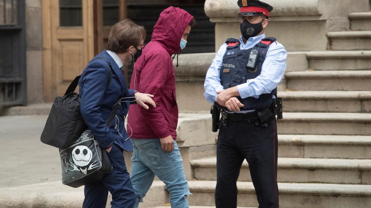 Uno de los acusados de participar en la violación múltiple de Sabadell a su llegada a la Audiencia de Barcelona.