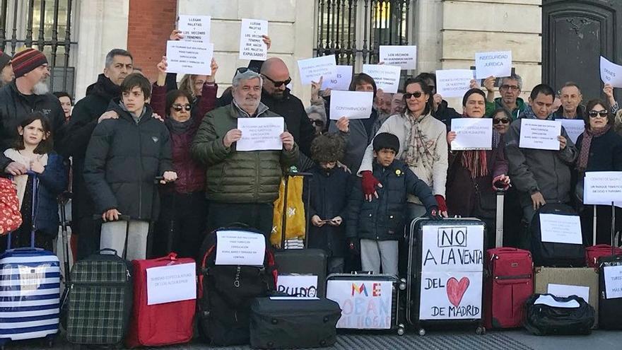 Foto conjunta que los vecinos del distrito Centro se hicieron contra la turistificación de sus barrios | FRAMV