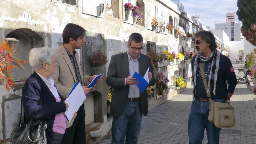 Las autoridades y el artista Alberto Cabrera en el cementerio.