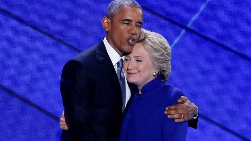 Clinton y Obama se funden en un abrazo tras el discurso del presidente