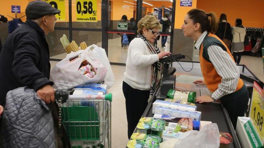 Una cajera atiende en un supermercado de Mercadona.