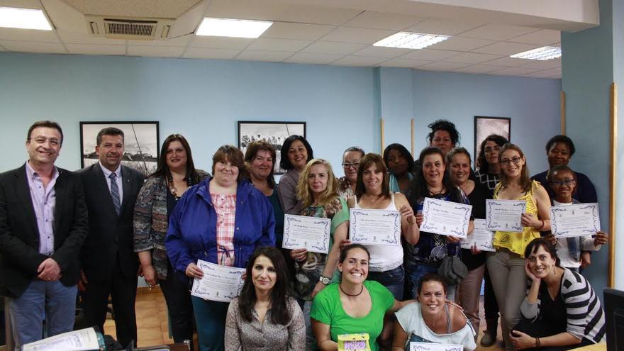 En la imagen, grupo de mujeres que han realizado el taller formativo de iniciación a la informática, con el acalde, la consejera de Igualdad de Oportunidades y los reponsables de la Academia Canarias y de la Asociación Sociocultural Garabato.