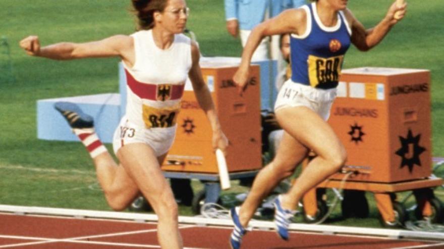 La estrella del atletismo de la República Democrática de Alemania Heide Rosendahl (camiseta azul), durante los Juegos Olímpicos de 1972.