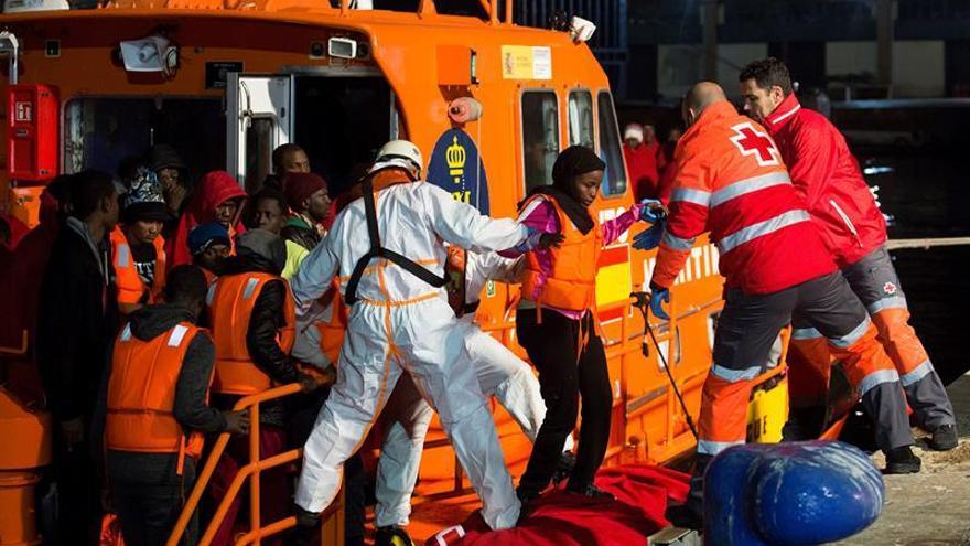 Llegada al puerto de Málaga de los inmigrantes rescatados esta tarde por Salvamento Marítimo cuando navegaban en una embarcación en el mar de Alborán, que salió del norte de Marruecos con dirección a la península.