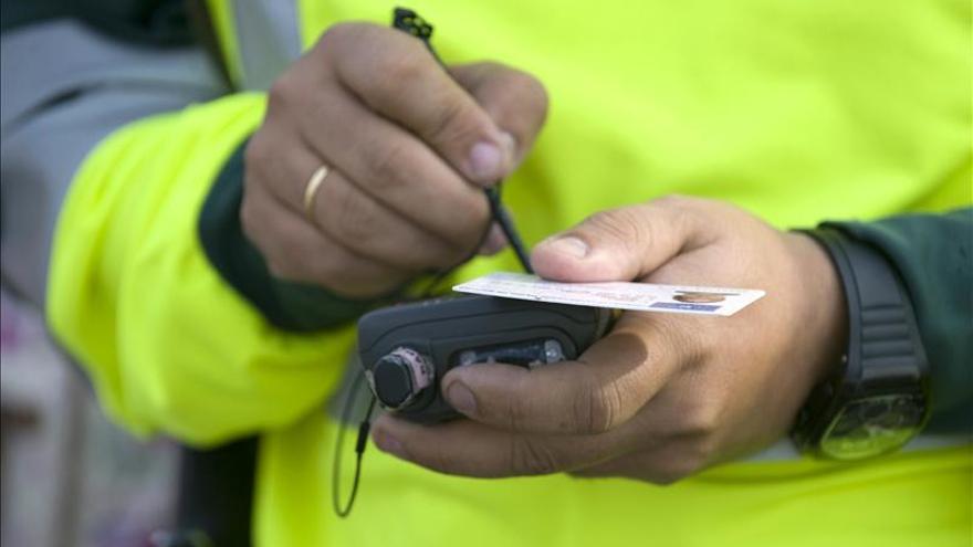 Detenido por conducir en sentido contrario en la A-8 y chocar contra la Guardia Civil