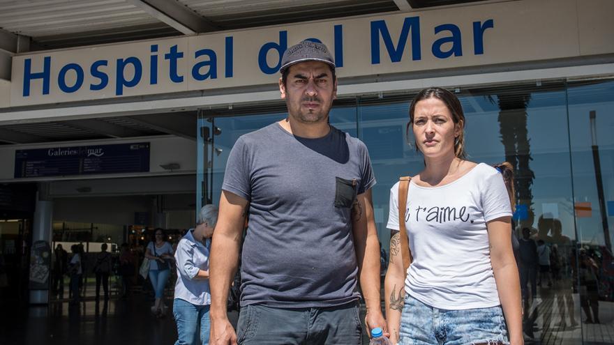 Walter Anibal Duarte y Johanna Ester Aguiar frente al Hospital del Mar, donde ha estado ingresado su hijo