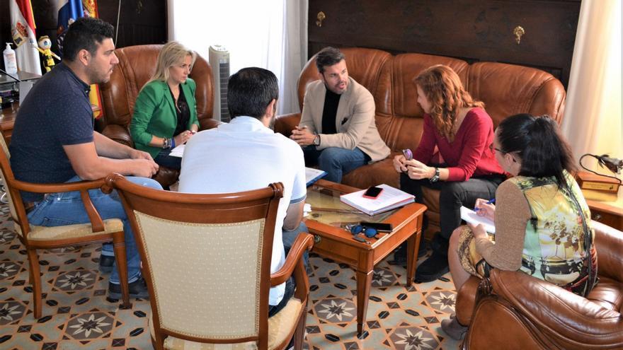 Reunión en el Cabildo de Tenerife entre el consejero de Cooperación Municipal y Vivienda, Zebenzuí Chinea, y la alcaldesa de Los Silos, Macarena Fuentes.