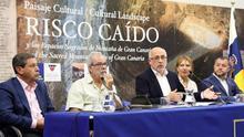 Antonio Morales (c) informa sobre las medidas que se van a emprender tras la declaración de la UNESCO de Risco Caído como Patrimonio Mundial