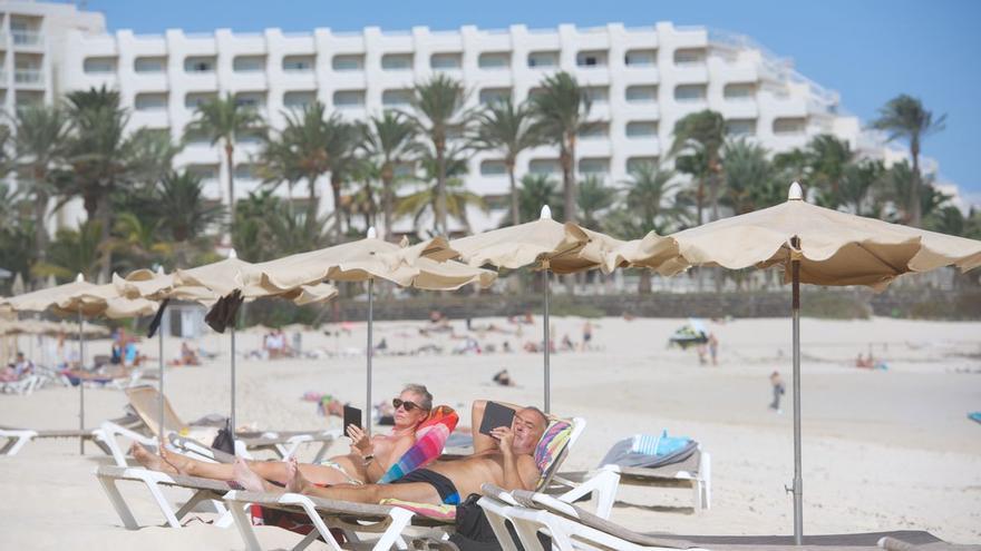 Varios turistas disfrutan del sol y de las buenas temperaturas en las playas de Fuerteventura