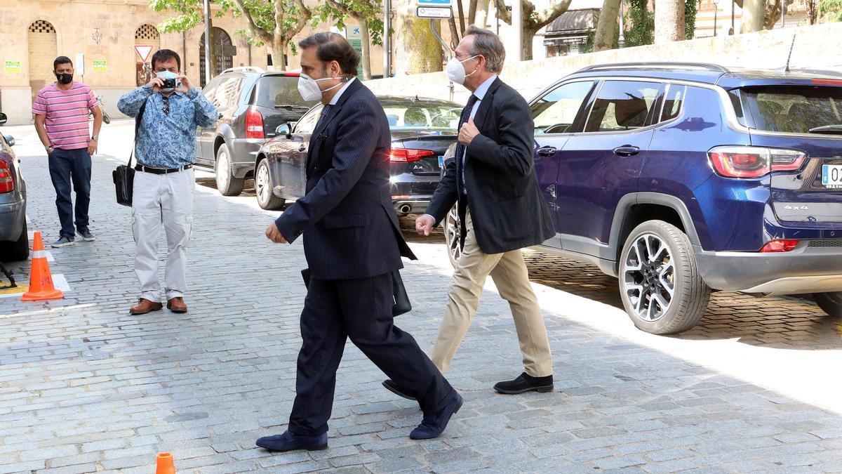 El diputado José Antonio Bermúdez de Castro y el senador Gonzalo Robles, a su llegada a los juzgados de Salamanca.