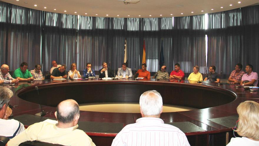 Reunión mantenida este martes entre el Gobierno canario y los representantes de los sectores ganadero e industrial
