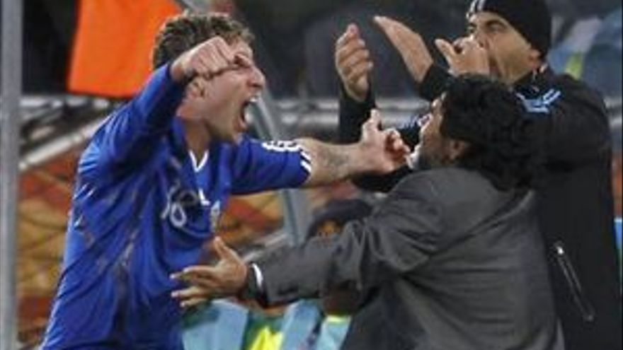 Palermo celebra su gol con Diego Armando Maradona. (REUTERS)