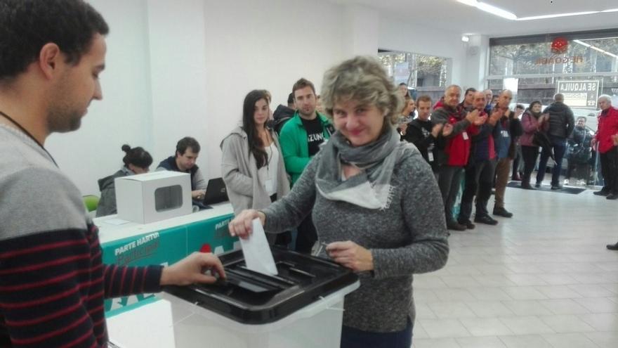 Gure Esku Dago da inicio a su consulta en 13 localidades vascas con algunas de las urnas utilizadas en Cataluña el 1-O