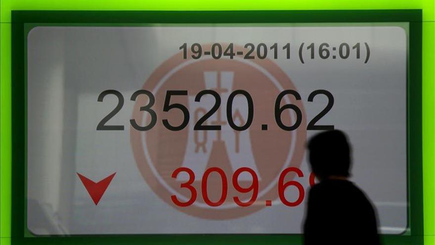 El índice Hang Seng baja 190,99 puntos, el 0,8 por ciento, a media sesión