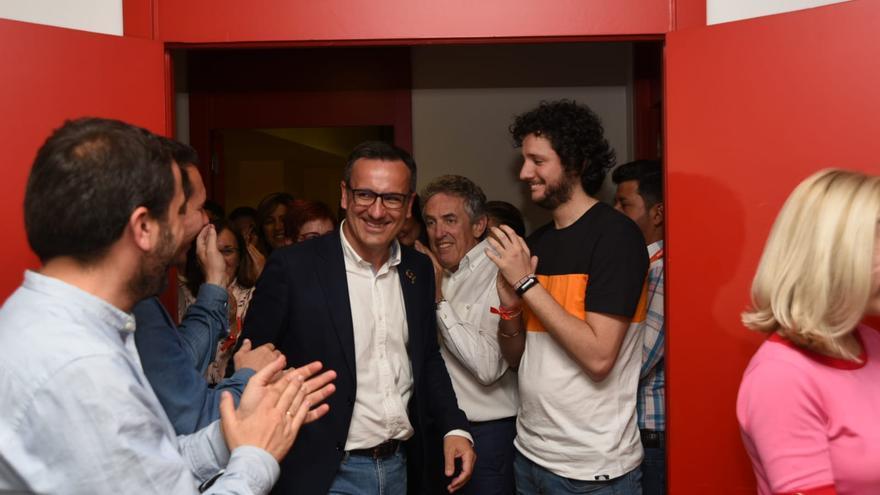 Diego Conesa celebra la victoria en la sede del PSOE en la calle Princesa/ CARLOS TRENOR