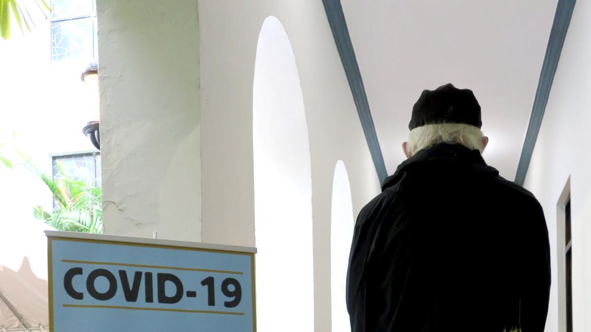 Una persona espera su turno para hacerse la prueba del coronavirus