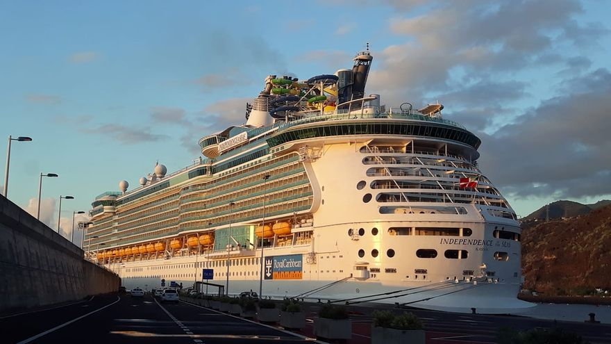 El  'Independence of the Seas', este lunes, en el Puerto de Santa Cruz de La Palma