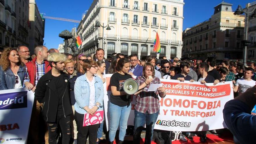 Más de 200 personas se concentran en Madrid contra la violencia LGTB