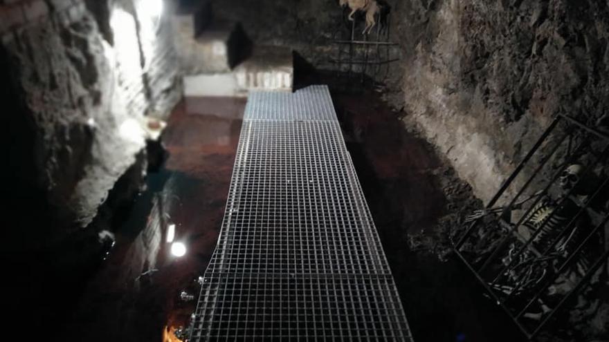 Imagen de uno de los pozos antes de drenarse el agua y los vertidos de gasoil / Julián Baños