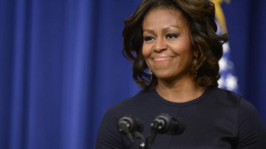 Michelle Obama sorprende con un conjunto verde oscuro que le cubre los brazos