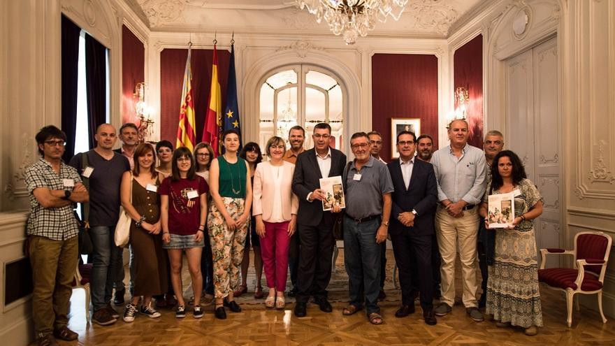 Enric Morera, presidente de la Mesa, junto a Artur Aparici y el resto de miembros del Fòrum de la Nova Ruralitat.