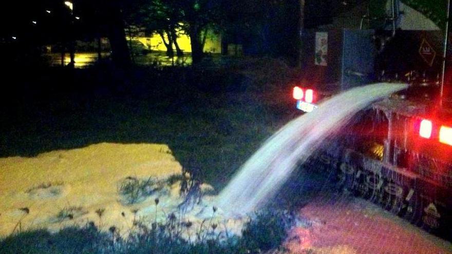 Vaciado de una cisterna de leche durante una protesta / GandeirosGal