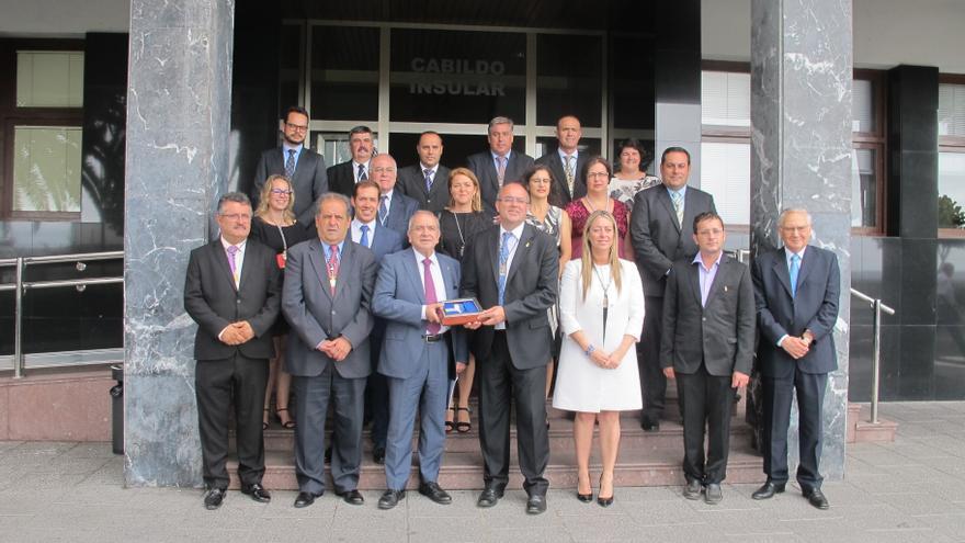 Los miembros de la Corporación con Emilio Lora-Tamayo.