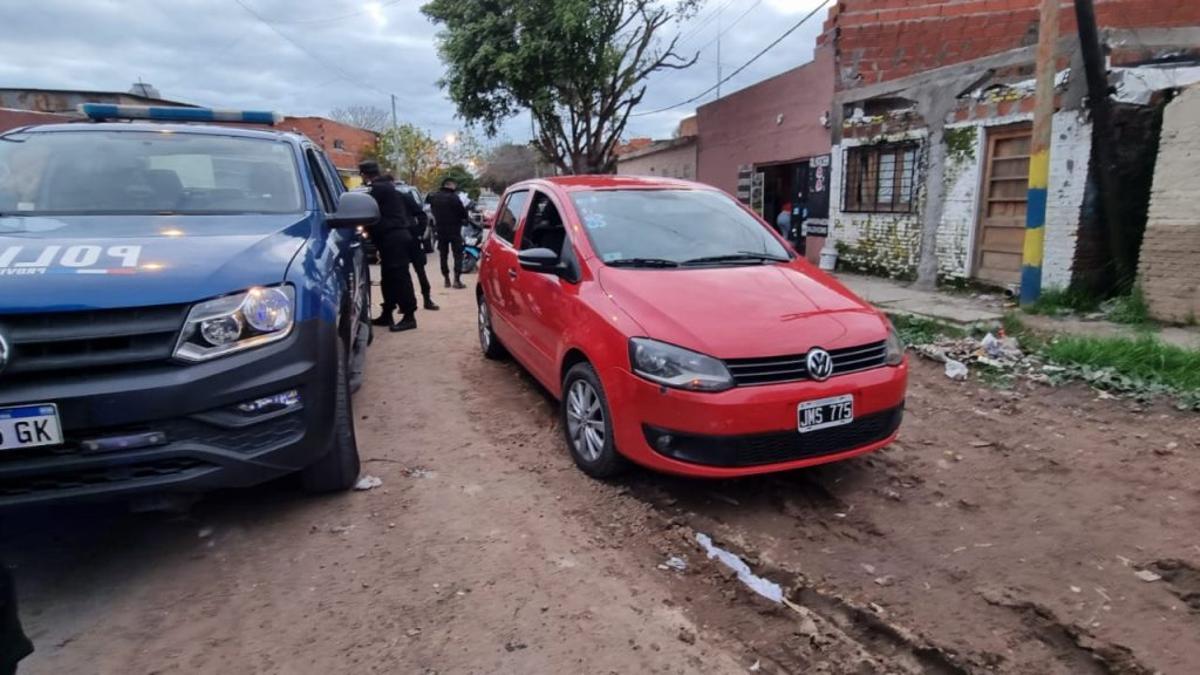 El crimen ocurrió minutos antes de las 17 en el taller mecánico que tenía la víctima en Garay al 3500, entre San Nicolás y Cafferata, frente a su esposa e hijos.